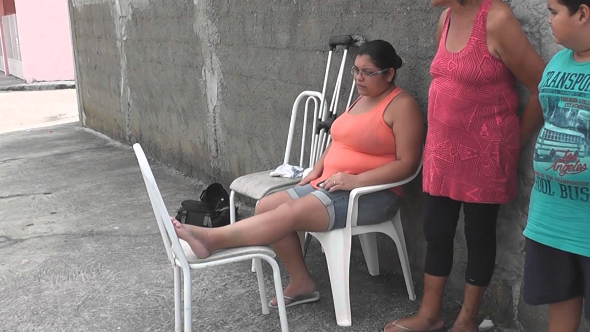 Mulher cai em buraco na rua, rompe ligamento do tendão e vai precisar operar