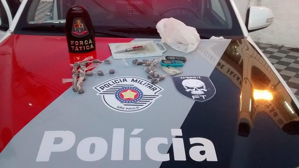 Força Tática prende homem que guardava drogas dentro de casa
