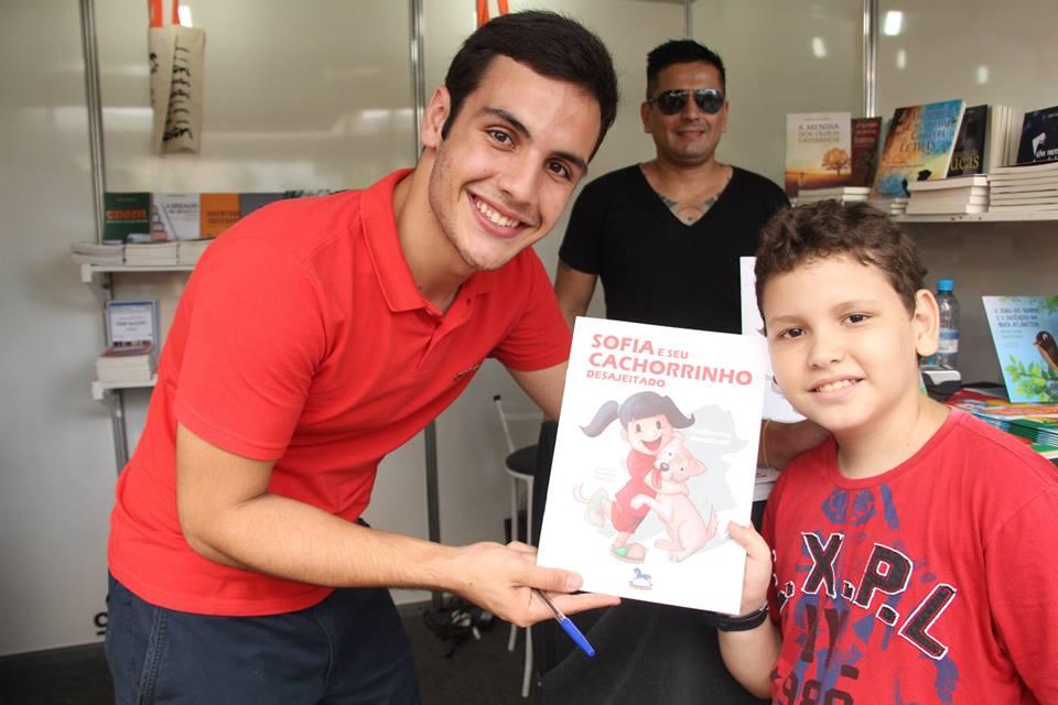 Escritor jacareiense lança seu livro em Fortaleza
