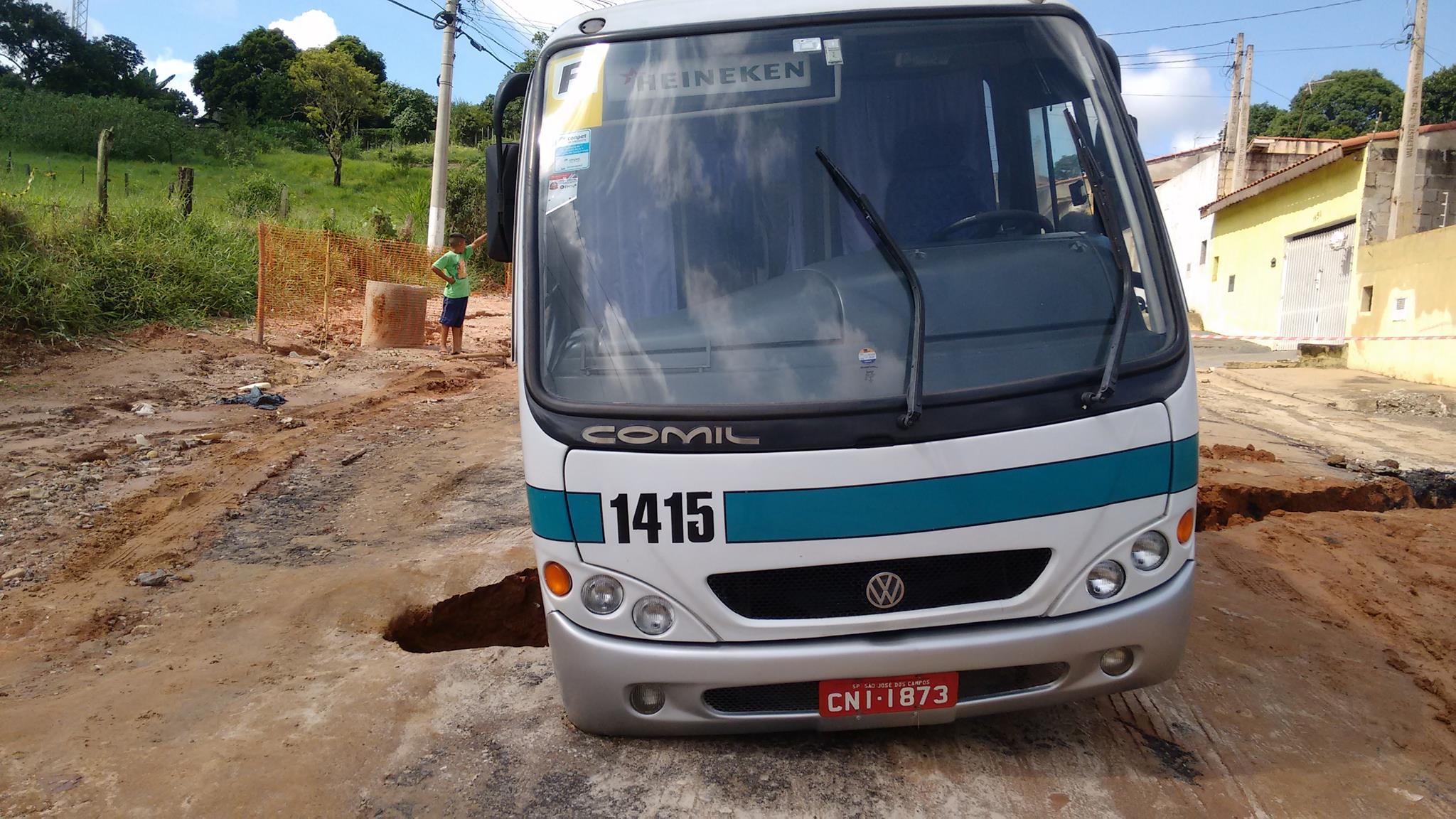 Rua cede e causa acidente de ônibus em Jacareí