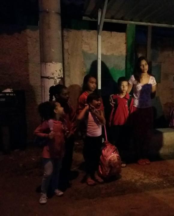 Crianças de bairro de Jacareí estão sem ir à escola por causa de estrada esburacada