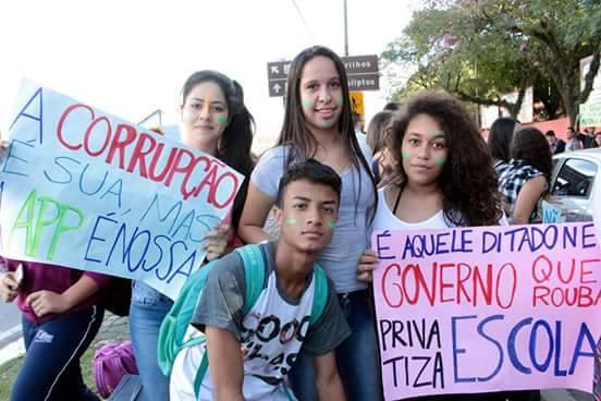 Jovens jacareienses protestam contra venda de área verde da Escola Agrícola