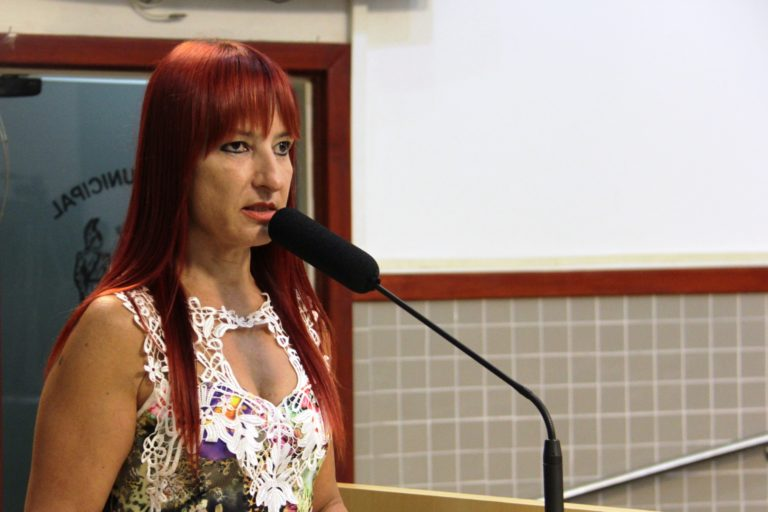 Vereadora questiona prefeito sobre repasse financeiro pra ONG de proteção animal