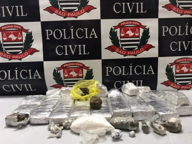 Polícia apreende drogas e troca tiros com traficante