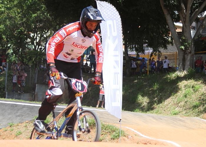 Jacareiense participa de competição norte-americana de bicicross