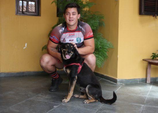 Atleta do Jacareí Rugby adota cachorro do Canil Municipal