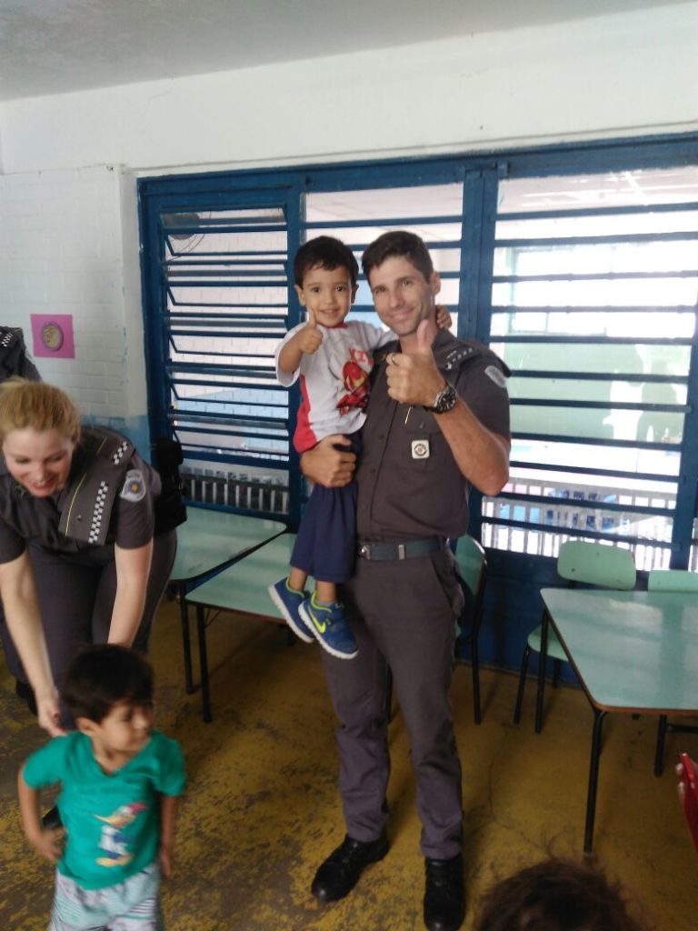 PM entrega brinquedos em Creche de Jacareí
