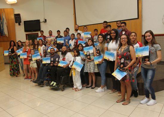 Secretaria de Esportes premia atletas que foram destaque no ano