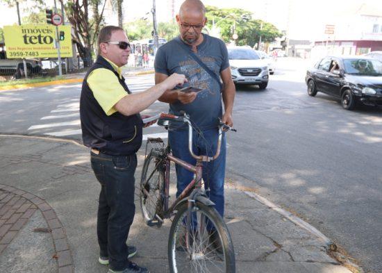 Jacareí tem blitze para ciclistas na ponte
