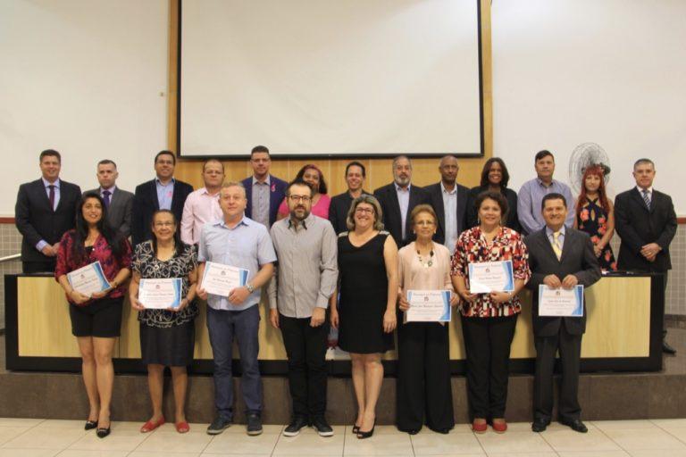 Vereadores homenageiam professores indicados por três escolas do município