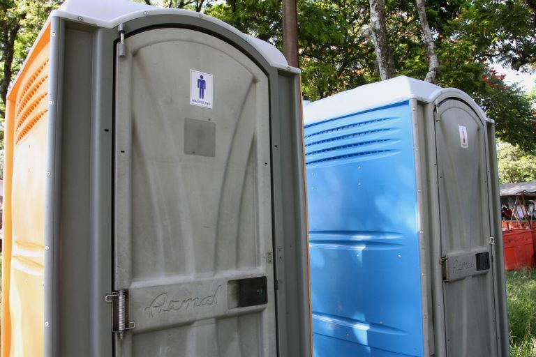 Feirantes comemoram instalação de  banheiros químicos nas feiras livres