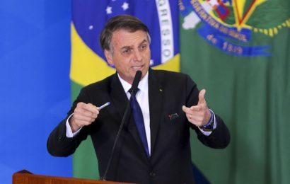 Bolsonaro assina novas regras para atiradores e caçadores
