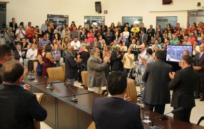 Câmara Municipal homenageia líderes comunitários em cerimônia solene