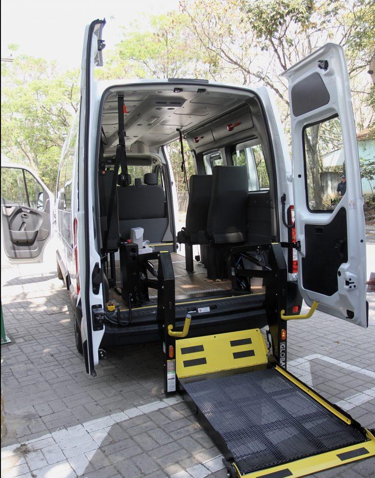Jacareí recebe carro adaptado para transporte de deficientes