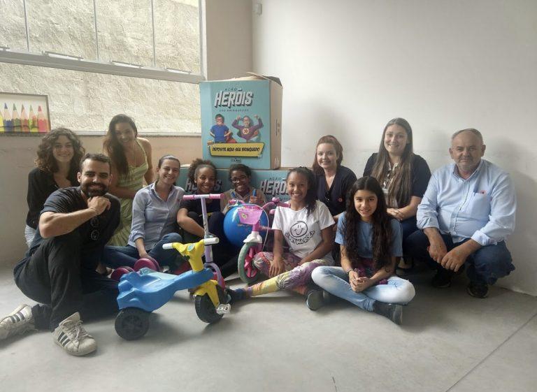 Colinas Shopping entrega 640 brinquedos arrecadados na campanha 'Heróis dos Brinquedos' a ONGs de São José e Jacareí