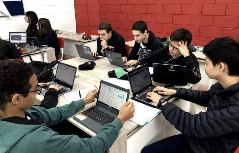 Escola de São José aposta em tecnologia que substitui livros