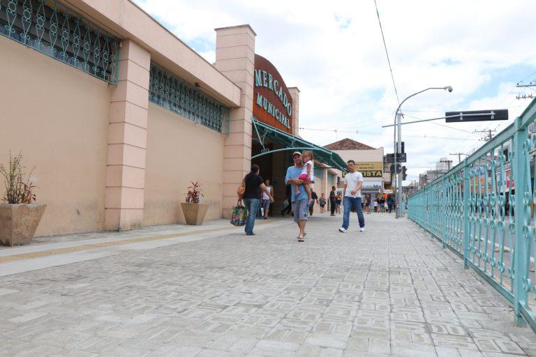 Troca  de piso da calçada do  Mercado Municipal é finalizada