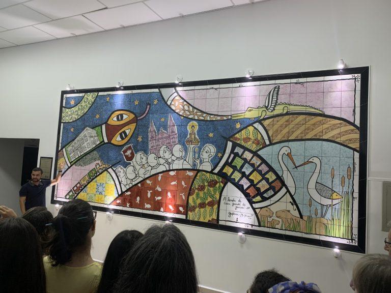 Biblioteca inaugura exposição com mural de azulejos