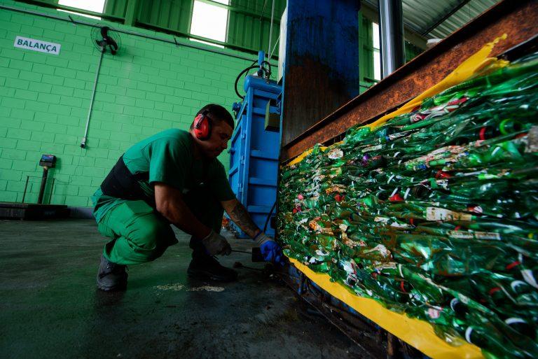 Ambev quer acabar com a poluição plástica de suas embalagens até 2025