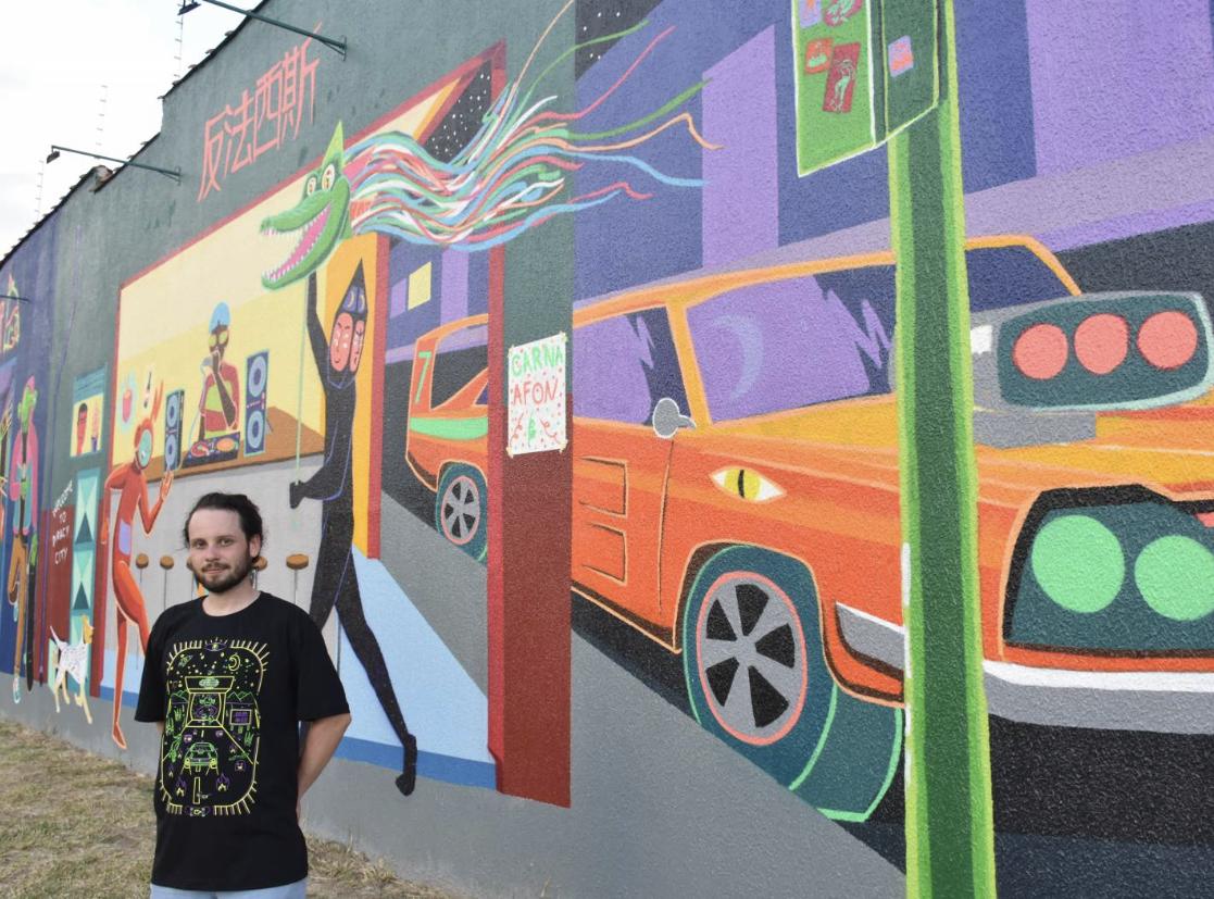 Altos de Santana ganha mural fluorescente em praça