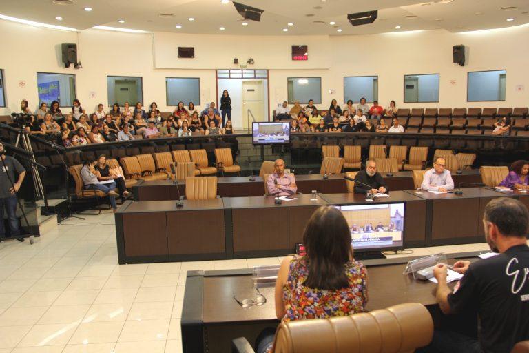 Em Audiência Pública, professores criticam falta de debate do prefeito com a categoria