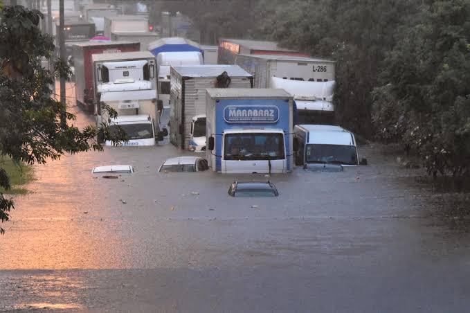Chuva alaga ruas e provoca caos em São Paulo