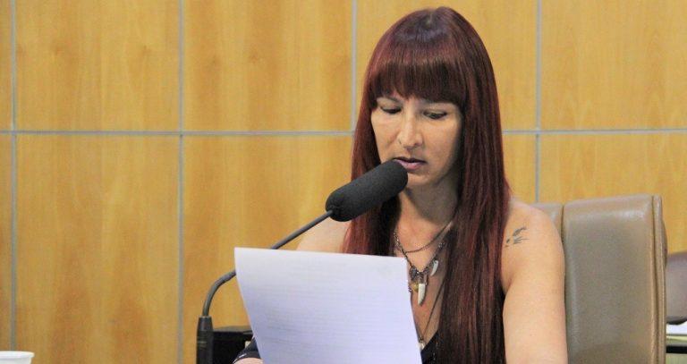 Vereadora questiona prefeito sobre carros luxuosos da secretaria de Mobilidade Urbana