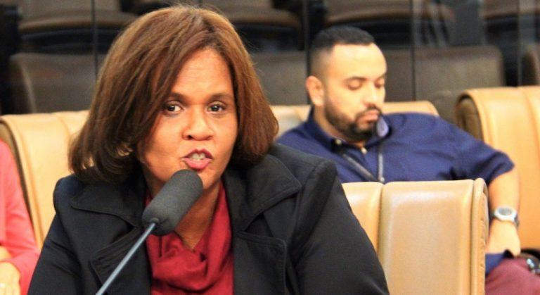 Vereadora questiona falta de medicamentos em Jacareí e fiscalização dos serviços de limpeza