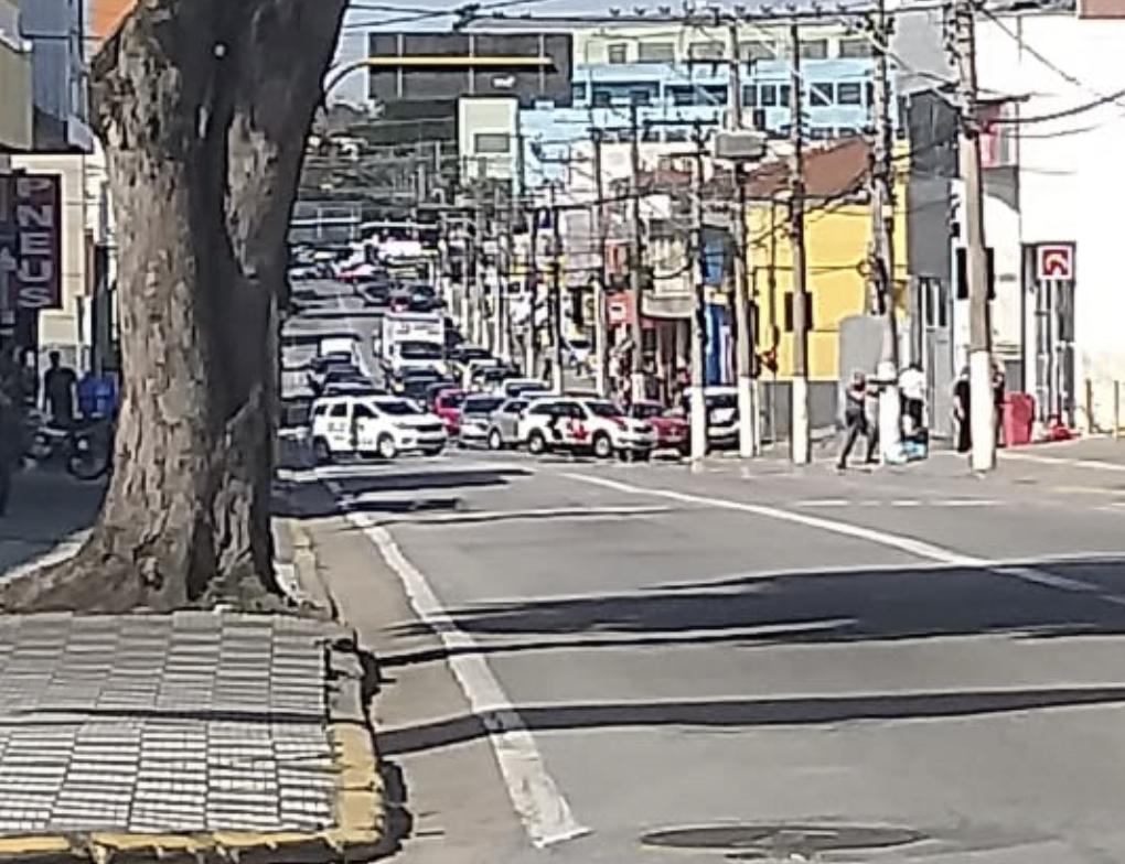 Bandidos fazem gerente de refém e assalta banco no centro de Jacareí