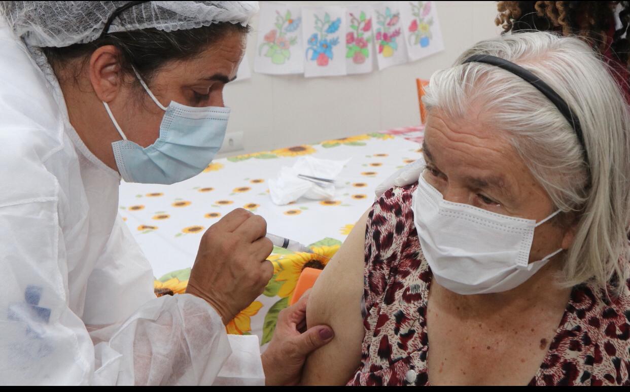 178 idosos com mais de 90 anos são vacinados em suas casas em Jacareí