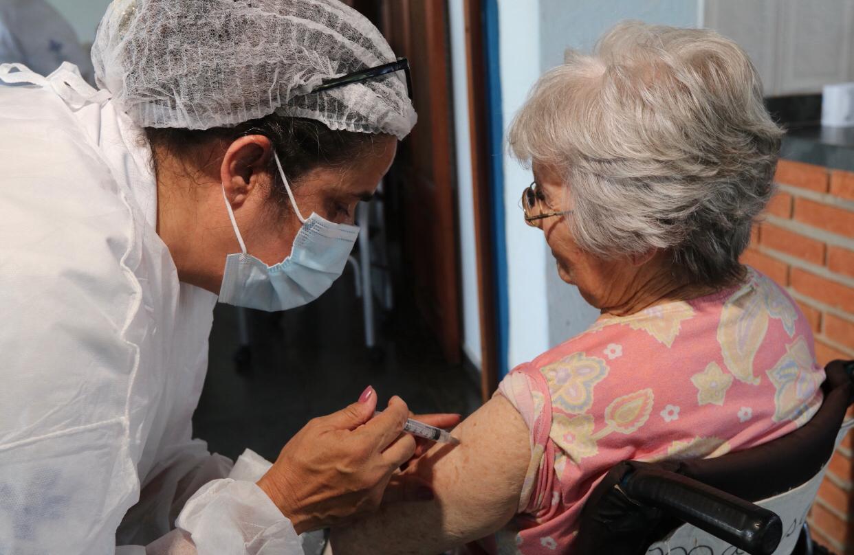 Com a chegada de mais 2.950 doses da Coronavac, Jacareí inicia vacinação em domicílio de todos os idosos acima de 90 anos