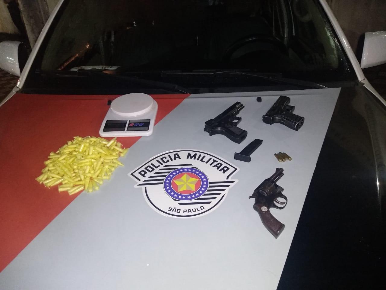 Homem é preso por porte ilegal de arma e posse de drogas