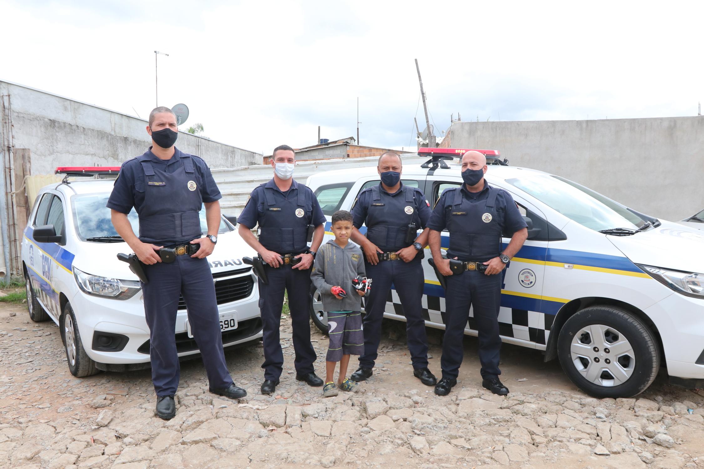 Garoto de 8 anos recebe homenagem da Guarda Civil de Jacareí no dia do aniversário