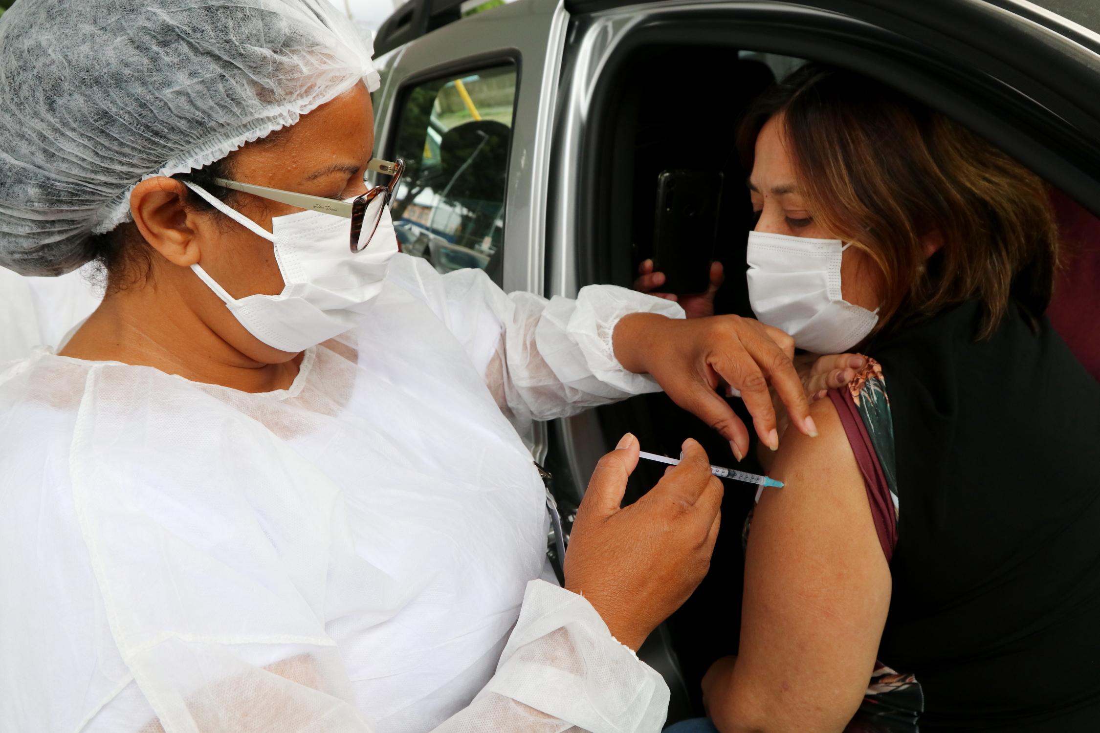 Jacareí imuniza pessoas de 50 a 54 anos com comorbidades no sábado