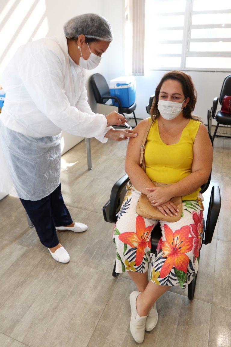 Pessoas com 57, 58 e 59 anos, sem comorbidades, e profissionais do transporte público coletivo podem se vacinar no sábado