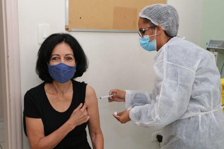 Jacareí imuniza pessoas de 51 a 56 anos, sem comorbidades, entre quarta e sexta-feira