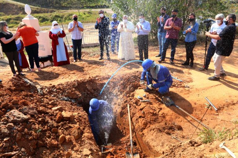Moradores da Estrada Arlindo Alves Vieira começam a receber água após obra do SAAE