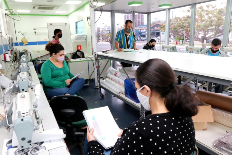 Alunos de programa do Governo do Estado iniciam aulas de costura industrial em Jacareí