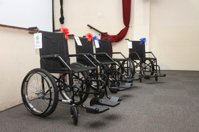 Secretaria de Educação de Jacareí entrega cadeiras de rodas para escolas municipais
